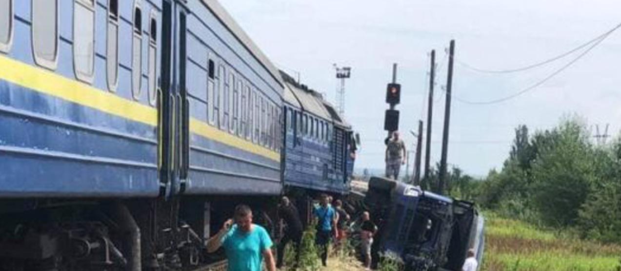 У вкрай важкому стані водій фури: На Закарпатті потяг врізався у вантажний автомобіль (ФОТО)