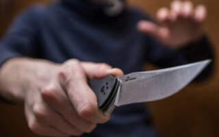 Сперечалися через дівчину, а завершилося все замахом на вбивство: На Закарпатті 25-річний чоловік вдарив ножем 19-річного суперника.