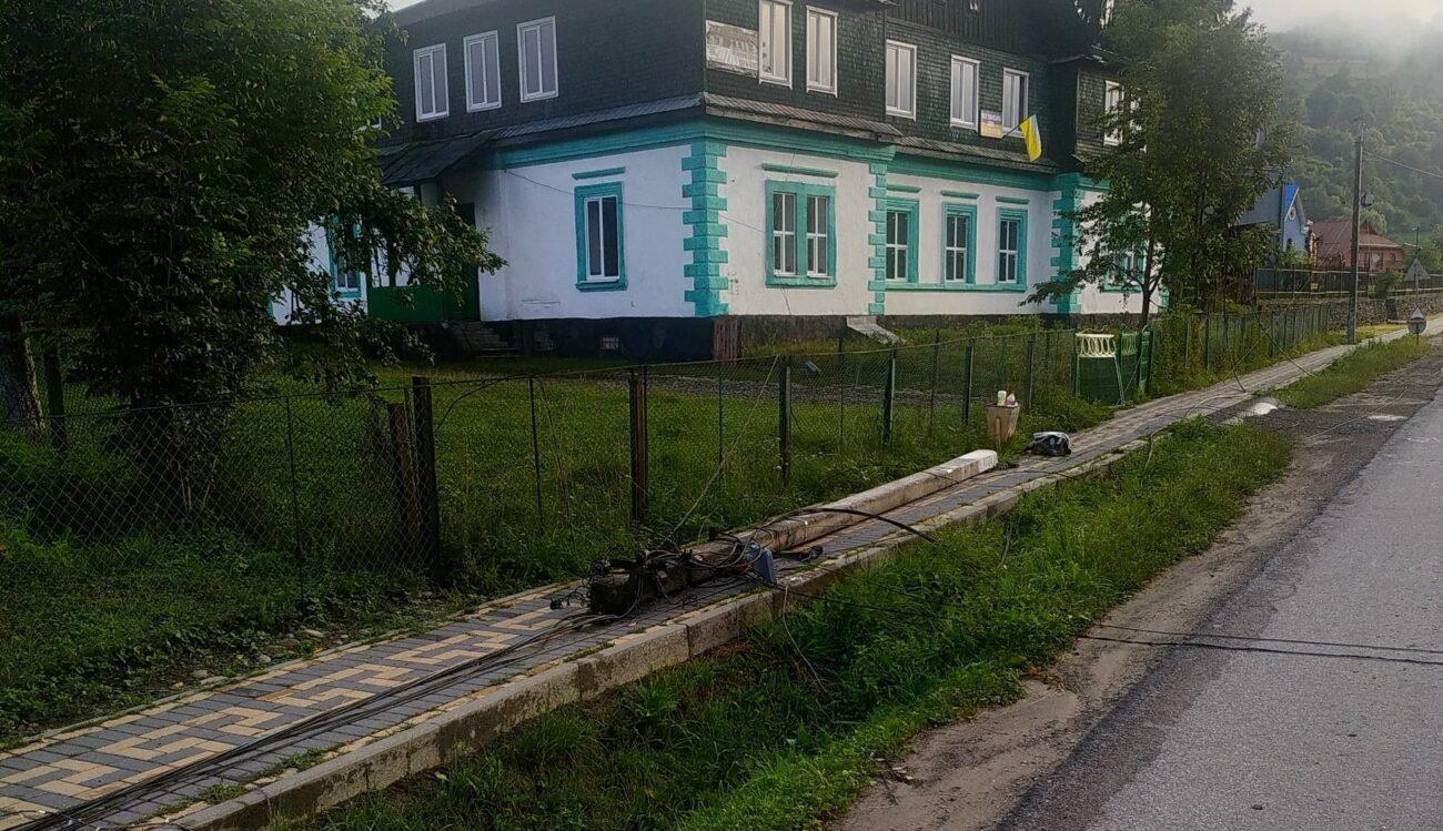 """Повалено дерева і стовпи ліній електропередач: Рахівщину знову """"накрила"""" стихія"""