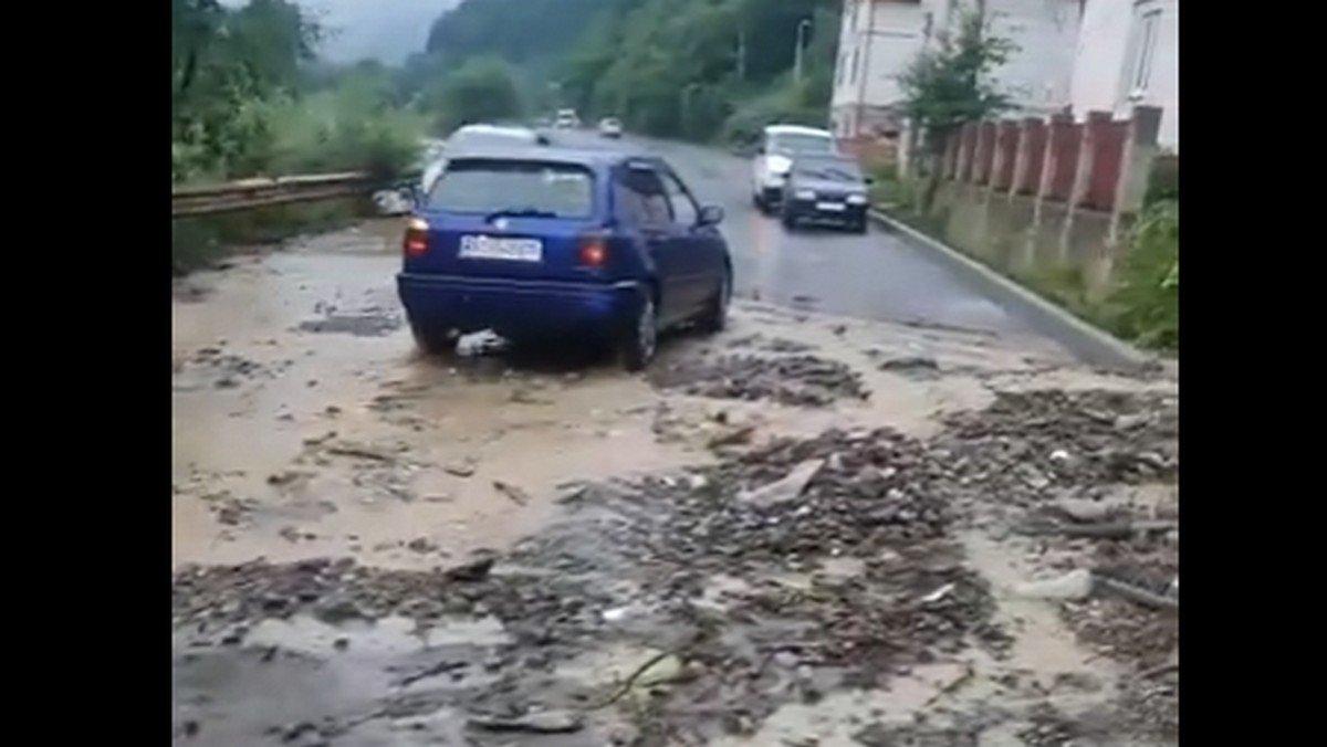 """""""Увага! Це місто Рахів, де в результаті зливи селевий потік вийшов на дорогу"""", - У Рахові злива наробила біди (ВІДЕО)"""