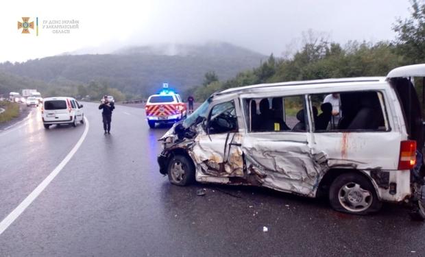 На Закарпатті вантажівка зіштовхнулася з пасажирським мікроавтобусом - четверо постраждалих (ФОТО)