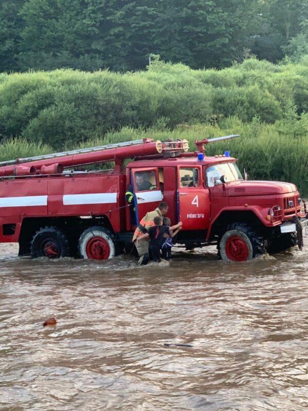Діти застрягли посеред річки: Стихія на Закарпатті знову робить лихо