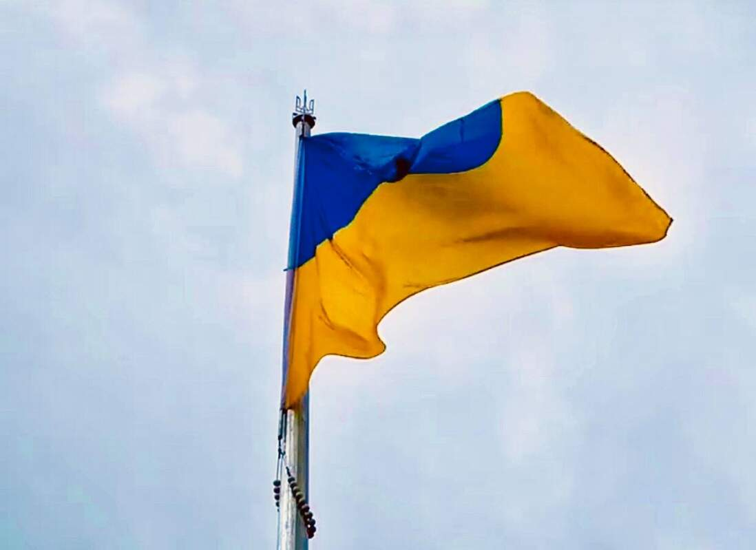 В Ужгороді підняли синьо-жовтий прапор на 30-метрову висоту