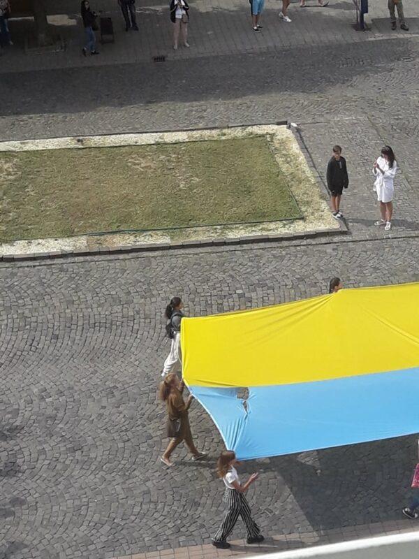 """""""Розірваний. Штопаний. Заплямований"""", - у Мукачево на державне свято повісили розірваний стяг (ФОТО. ВІДЕО)"""