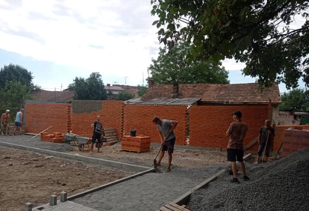 На Закарпатті люди відгородились від циган великою стіною (ФОТО)