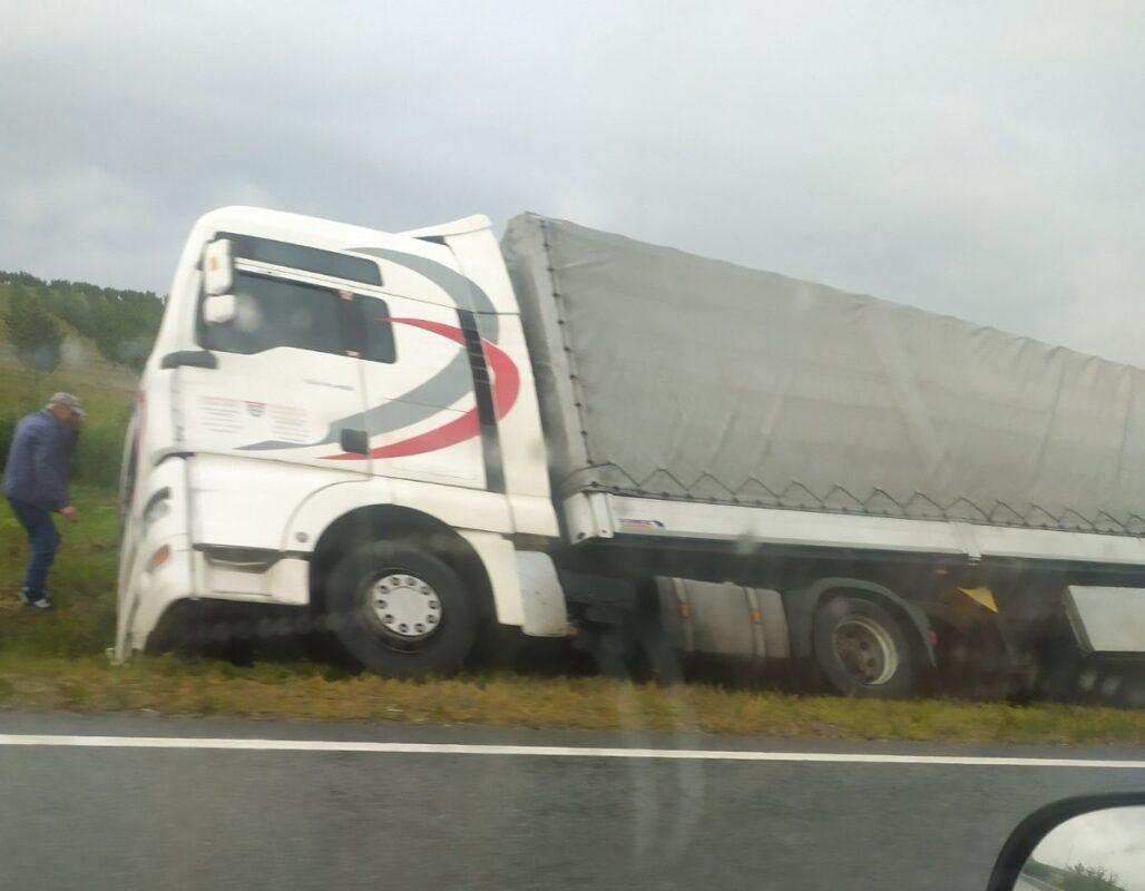 ФОТО. ВІДЕО. Нічна ДТП на Закарпатті: Вантажівка вилетіла з траси