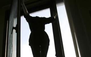Залишила записку і вистрибнула з вікна: На Закарпатті молода дівчина покінчила життя самогубством (ВІДЕО)