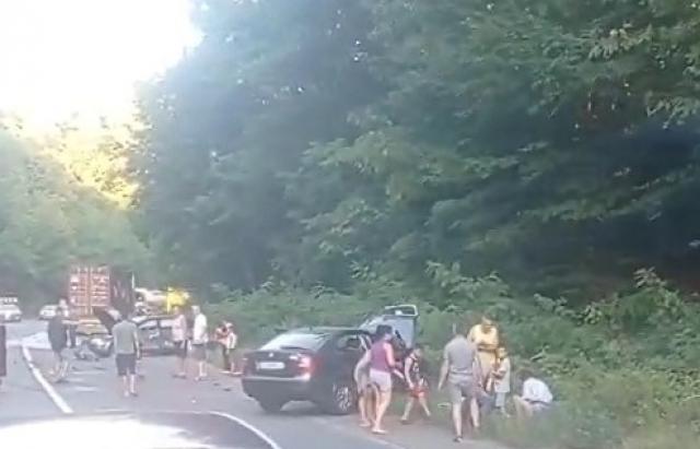 Масштабна аварія на Закарпатті. Є потерпілі: Зіткнулися три легковики та вантажівка (ФОТО. ВІДЕО)