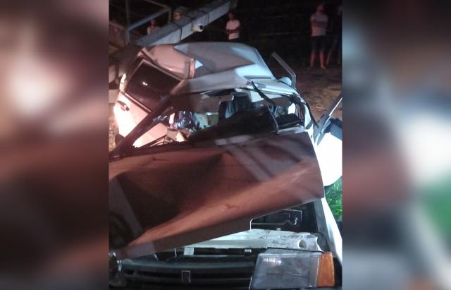 ДТП на Закарпатті: Водій легковика не впорався з керуванням та влетів в електроопору, після зіткнення, стовп впав на автівку (ФОТО)