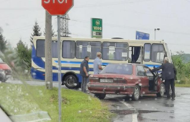 ДТП на Закарпатті: Зіштовхнулися рейсовий автобус та легковик (ФОТО)