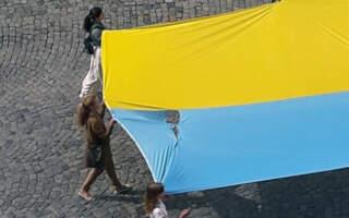"""""""Розірваний. Штопаний. Заплямований"""", – у Мукачево на державне свято повісили розірваний стяг (ФОТО. ВІДЕО)"""