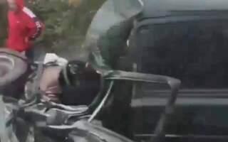 """""""Чоловіка вирізали вже"""", – оприлюднили відео з місця жахливої ДТП на Закарпатті (ВІДЕО)"""