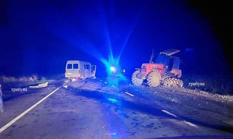 Моторошна нічна ДТП на Закарпатті: Пасажирський автобус врізався у трактор (ФОТО)