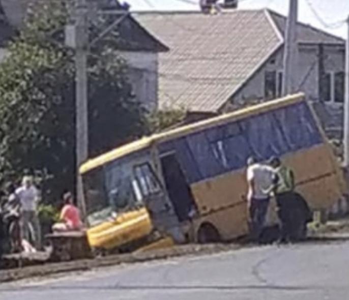 На Закарпатті пасажирський автобус злетів у канаву: На місці працюють медики (ФОТО)