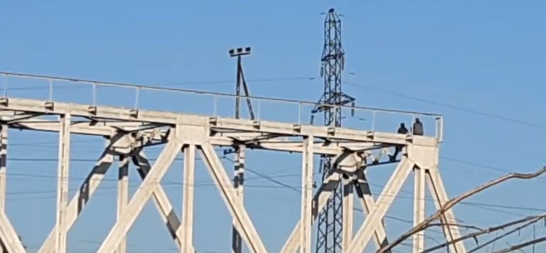 На Закарпатті два екстремали вилізли на високий міст (ВІДЕО)