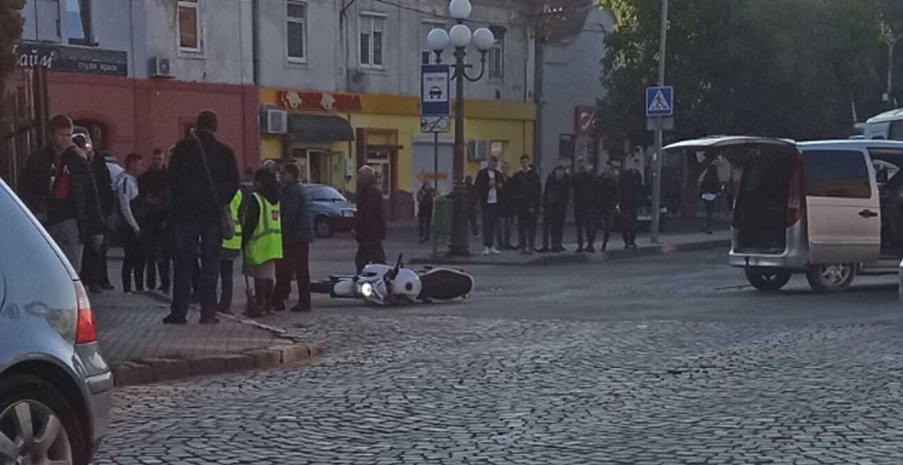 Ранкова ДТП на Закарпатті: Автомобіль зіштовхнувся з мотоциклістом (ФОТО)