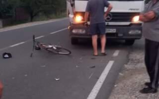 Чоловіка з травмами госпіталізували до лікарні: На Закарпатті вантажівка збила велосипедиста (ФОТО. ВІДЕО)