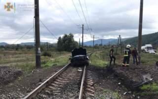 Вилетів на колію: Оприлюднили фото з місця ДТП на залізничному переїзді (ФОТО)