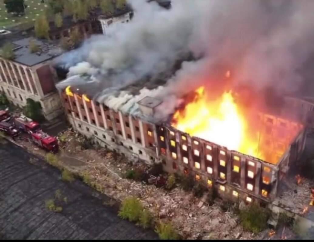 Пожежу заводу у Мукачеві показали з висоти (ВІДЕО)
