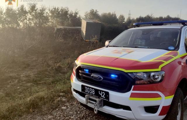 Рятувальникам довелось демонтували лобове скло автомобіля й витягати з кабіни водія: Смертельне ДТП на Закарпатті (ФОТО)