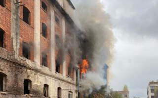 """З'явились перші кадри масштабної пожежі на Закарпатті: Горить """"Мукачівприла"""" (ФОТО. ВІДЕО)"""